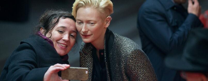 "66. Internationale Filmfestspiele Berlin, 12.02.2016 ""Tribute to David Bowie: The Man Who Fell to Earth"": Schauspielerin Tilda Swinton (r) posiert für ein Selfie mit einem Fan."