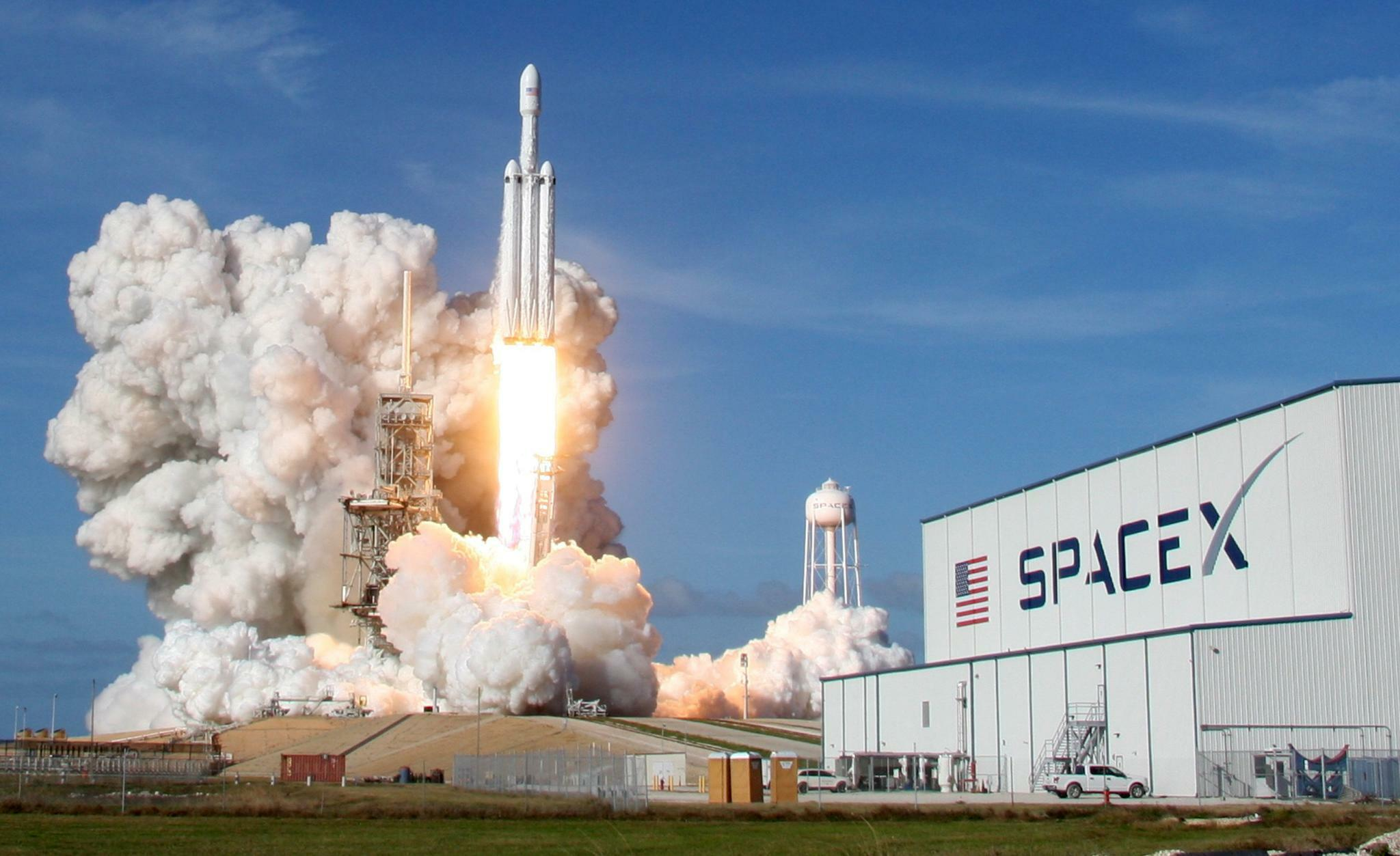 spacex falcon heavy startet erfolgreich ins all wissen tagesspiegel. Black Bedroom Furniture Sets. Home Design Ideas