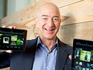 Amazon-Chef Jeff Bezos mit Kindle-Readern