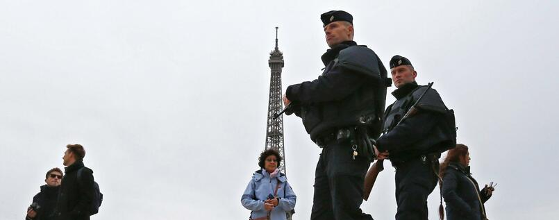 "FILE  - Policemen patrol next to the Eiffel tower in Paris, France, 14 November 2015. The French government had declared a state of emergency in consequence to the 13 November Paris attacks. EPA/GUILLAUME HORCAJUELO (zu dpa ""Frankreich will Ausnahmezustand für Fußball-EM verlängern"" vom 20.04.2016) +++(c) dpa - Bildfunk+++"