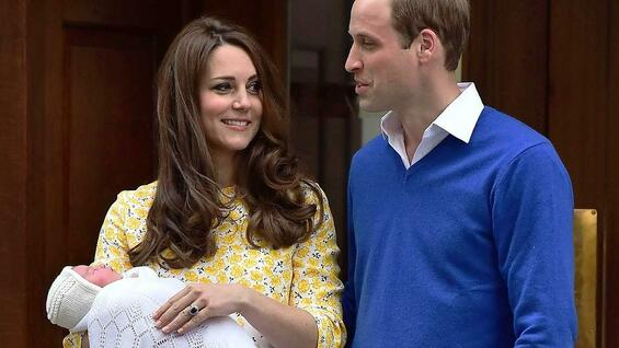 Die Herzogin von Cambridge mit ihrer neugeborenen Tochter und ihrem Mann Prinz William am 2. 5. 2015 vor dem St Mary's Hospital in London.