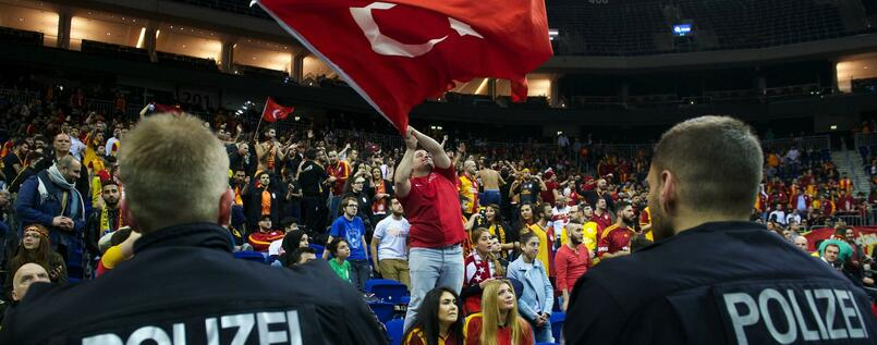 Polizisten bei Basketballpartie von Galatasaray Istanbul in Berlin.