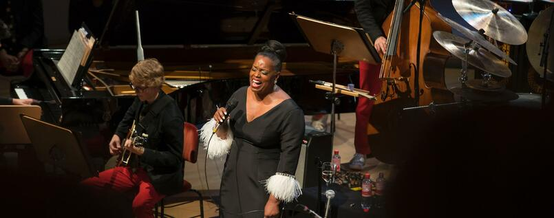 2Jazz-Sopranistin Dianne Reeves mit der 22-köpfigen Big Band des National Youth Orchestra.