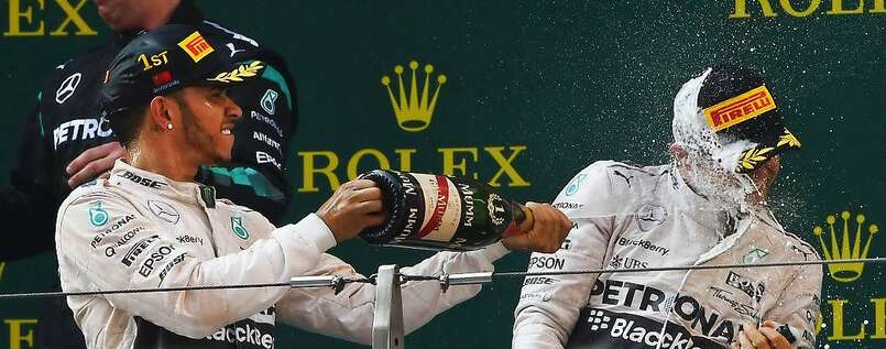 Lewis Hamilton (l.) machte Nico Rosberg auch in China nass.