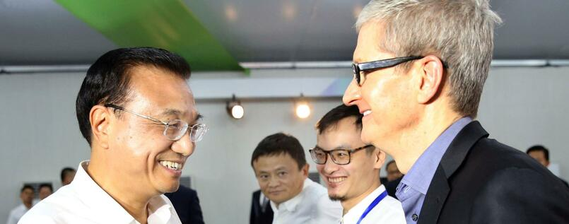 Chinas Premier Li Keqiang (links) und Apple-Chef Tim Cook.