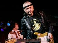 Dick Dale tritt im B.B. King Blues Club in Memphis auf.