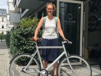 Isabell Eberlein vor dem Bicicli Cycling Concept Store.