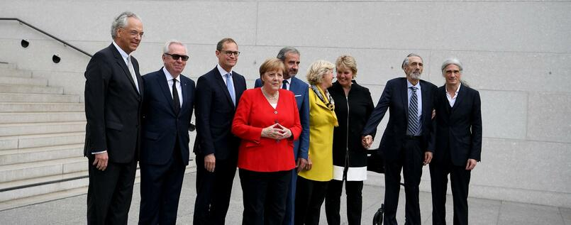 Michael Eissenhauer (l-r), David Chipperfield, Michael Müller, Angela Merkel, Hermann Parzinger, Monika Grütters, Ann Simon, Timothy M. Simon und Alexander Schwarz.
