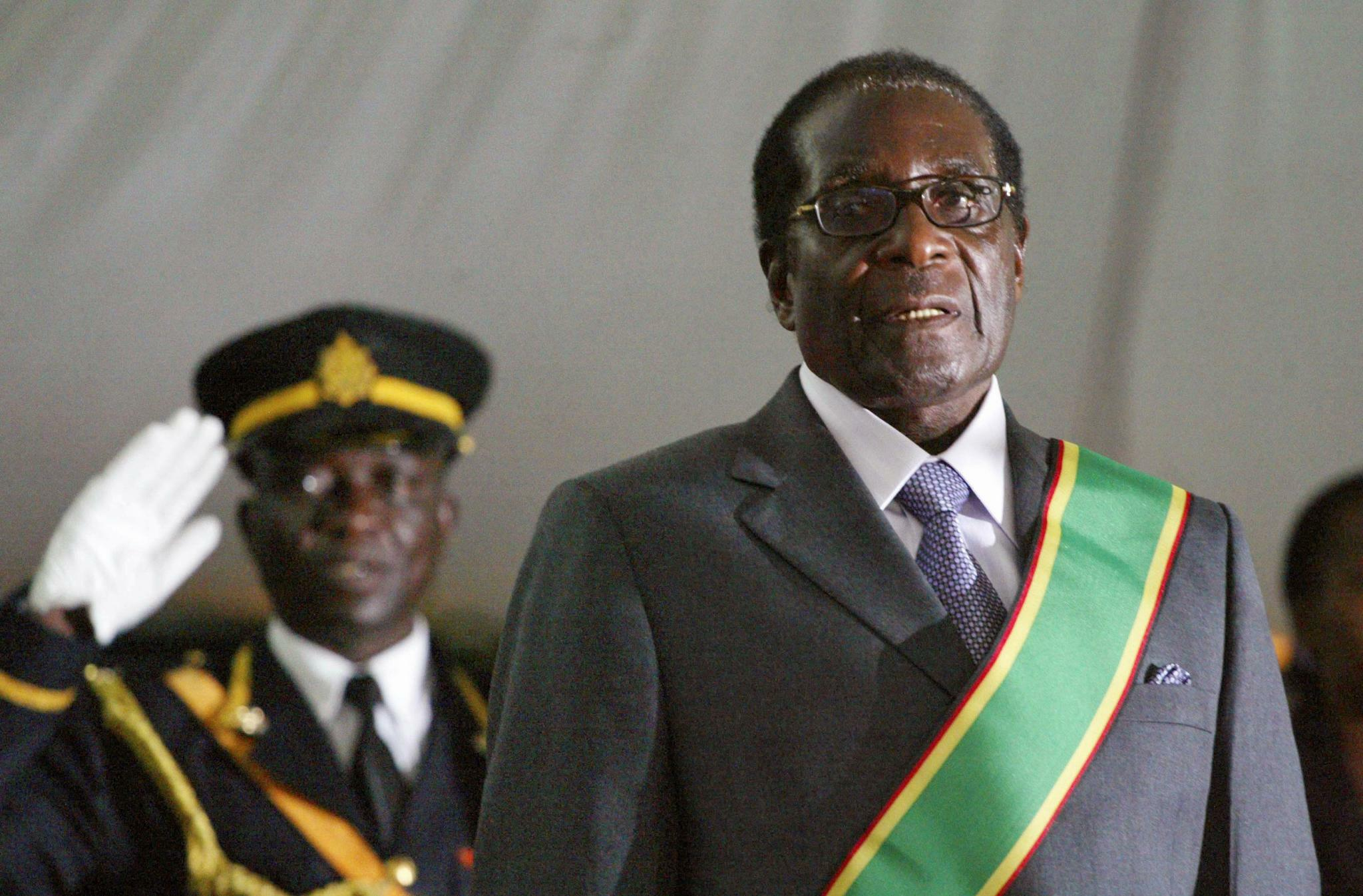 http://tagesspiegel.de/images/file-photo-file-photo-of-zimbabwes-president-robert-mugabe-attending-his-inauguration-in-harare/20613542/1-format43.jpg