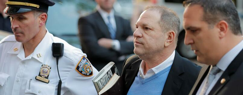 Filmproduzent Harvey Weinstein vor der Polizeiwache in New York.