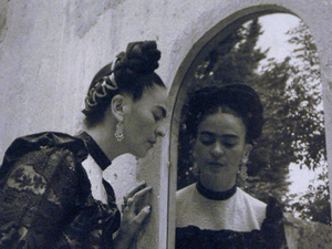 frida kahlo ausstellung eine heilige wird 100. Black Bedroom Furniture Sets. Home Design Ideas