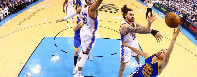 Stephen Curry (r.) und die Golden State Warriors kassierten von Oklahoma City um Center Steven Adams eine Abreibung.