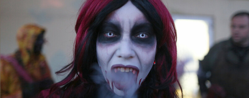 Schön schrecklich. Eine Frau, verkleidet als professioneller Erschrecker für das Halloween Horror Fest im Movie Park Germany in Bottrop.