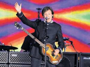 Poptitan? Untertan! Paul McCartney am 4. Juni in London, beim Konzert zum Kronjubiläum der Queen. Foto: AP