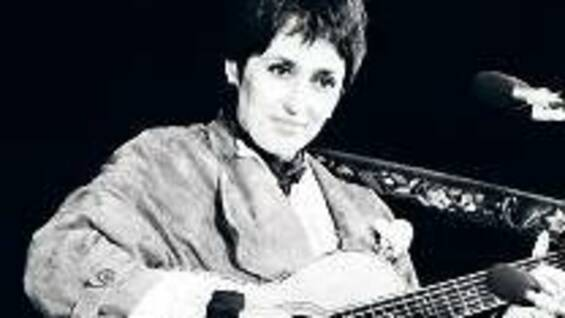 """We Shall Overcome"". Joan Baez 1980, bei einem Konzert in Paris."
