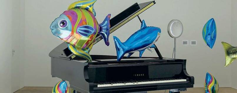 "Lieber länger: ""Quasi Objects: My Room is a Fish Bowl, AC/DC Snakes, Happy Ending, Il Tempo del Postino, Opalescent acrylic glass podium, Disklavier Piano"" (2014), Parrenos große Installation in der Galerie Schipper."