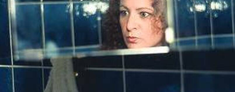 """Self-Portait in my Blue Bathroom"" (1991). Foto: © Nan Goldin/ Courtesy Matthew Marks Gallery, NYC"