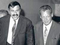 Solide solidarisch. Günter Grass und Willy Brandt 1965 in Bayreuth. Foto: dpa/picture-alliance Foto: picture-alliance/ dpa