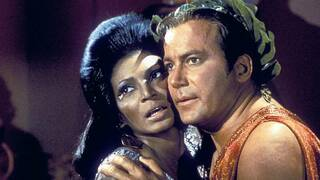 Spektakulär. Lieutenant Uhura (Nichelle Nichols) und Captain James T. Kirk (William Shatner) setzen zum ersten schwarz-weißen Kuss im US-Fernsehen an. Foto: