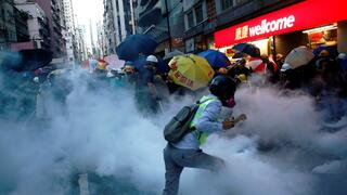 Demonstranten in Hongkong in Schwaden von Tränengas