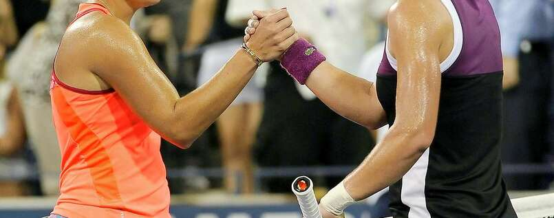 Angelique Kerber (links) gratuliert Samantha Stosur.