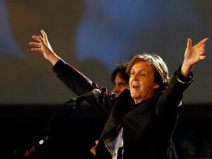 "A long way from Beijing: Paul McCartney sings ""Hey Jude"" at the London Opening Ceremony. Foto: dpa"