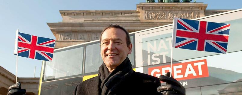 Simon McDonald vor dem Brandenburger Tor