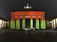Das Brandenburger Tor leuchtet in den Nationalfarben.