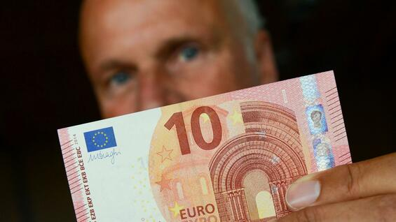 Carl-Ludwig Thiele holds on 09.11.2014 a new high 10-euro banknote.
