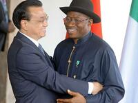 Nigerian president Goodluck Jonathan (r.) greets the Chinese prime minister Le Keqiang in Abuja. Le visited the World Economic Forum in the Nigerian capital.