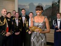 "First Lady Michelle Obama vergibt den Oscar 2013 für den besten Film an ""Argo"". Foto: AFP"