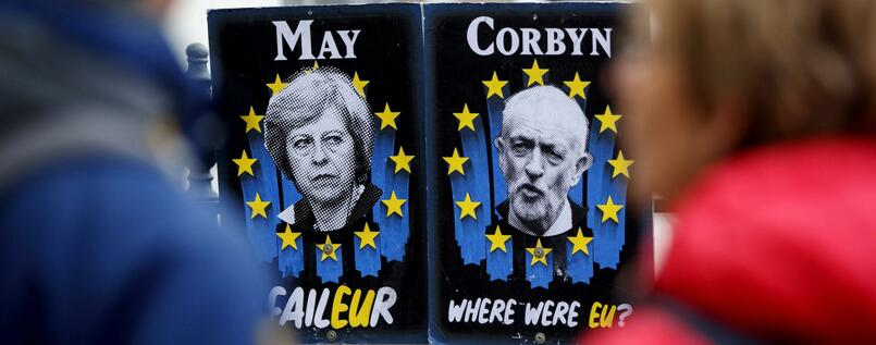 Schmäh-Plakate von Theresa May und Jeremy Corbyn in London