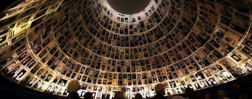 "Besucher in der ""Halle der Namen"" in Yad Vashem."