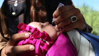 afghanisches Kind bekommt Polio-Impfung
