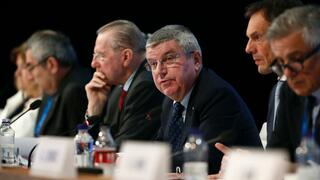 Thomas Bach (M) will das Anti-Doping-Recht reformieren.