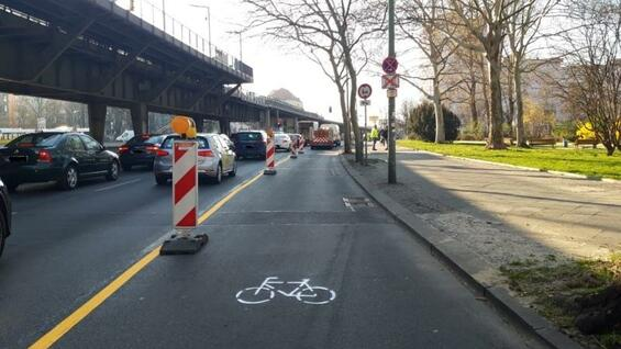 A new improvisd bike lane in Kreuzberg. The district wants to encourage Berliners to use the bike instead of public transport to flatten the curve of infections.