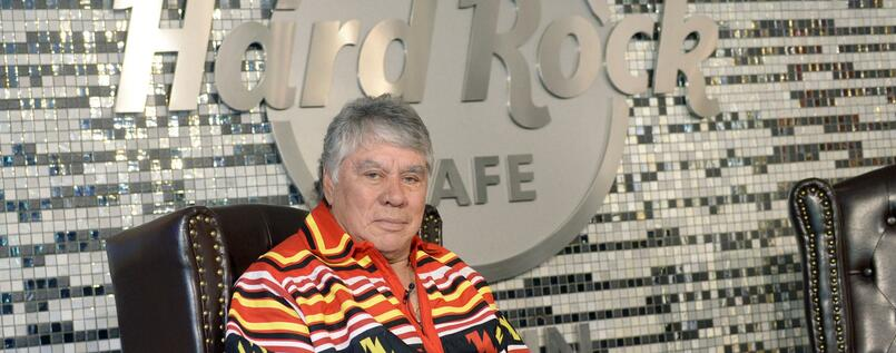 Der alte Rocker der Indianer: Seminole-Häuptling Chief James E. Billie im Hard Rock Café Berlin.