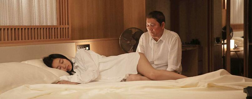 "Ein alter Mann und seine manische Filmerei: Takeshi Kitano und Shiori Kutsuna in ""While the Women Are Sleeping""."
