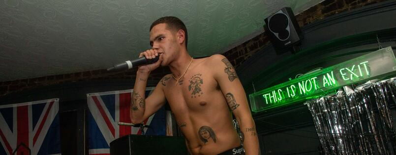 Rapper Slowthai bei seiner Release-Party in Northhampton.