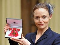 "Designerin Stella McCartney bei der Verleihung des ""Order of the British Empire"" Ende März 2013. Foto: dpa"