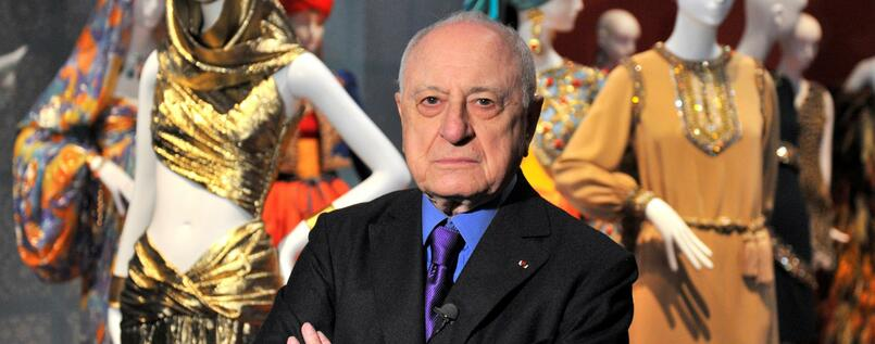 Pierre Bergé vor Kreationen seines Lebenspartners Yves Saint-Laurent im Pariser Petit Palais.