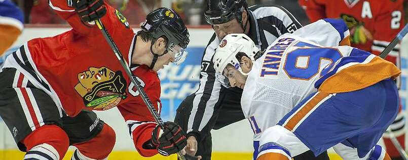 War was? John Tavares (r.) beim Bully mit Chicagos Jonathan Toews.