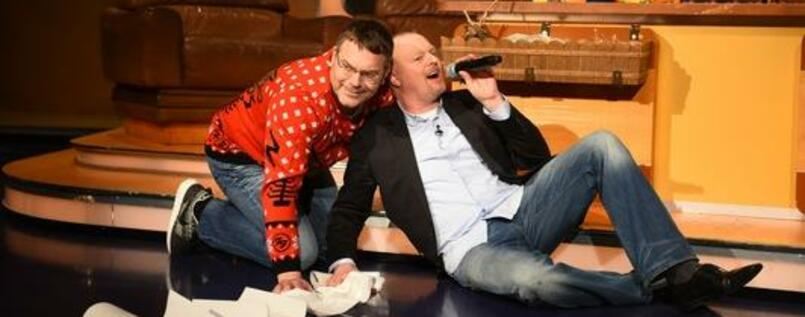 """That's what friends are for"". Stefan Raab singt (rechts). Elton robbt."