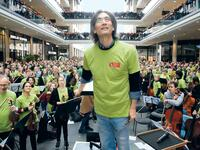 "Kent Nagano mit dem DSO im Mai 2016 beim ""Symphonic Mob"" in der Mall of Berlin."