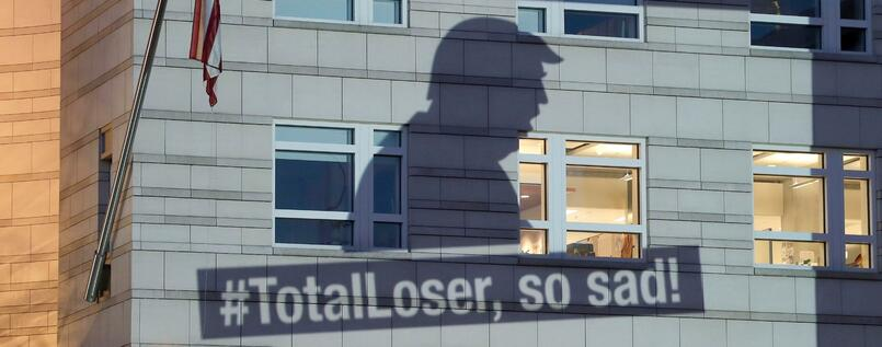 "Greenpeace-Protest an US-Botschaft in Berlin: ""#TotalLoser, so sad!"" (""Totaler Verlierer, so traurig"")"