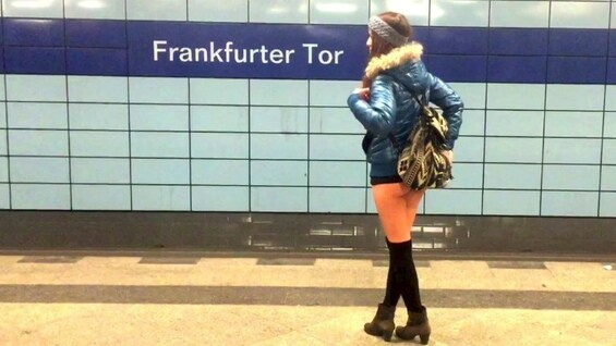 Unten ohne in der U-Bahn: No Pants Subway Ride in Berlin