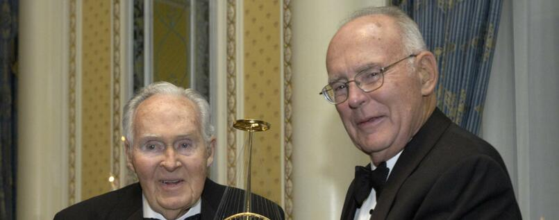 "Gordon Moore (rechts), Mitbegründer von Intel, wurde hier bei der Verleihung des ""Marconi Society Lifetime Achievement Award"" durch Robert Galvin (Chef von Motorola) im November 2005 fotografiert."
