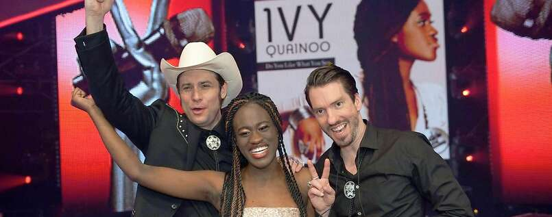 "Freudentaumel: Die Kandidatin Ivy Quainoo mit der Band The BossHoss bei ""The Voice of Germany""."