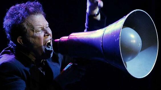 Musiker Tom Waits singt in ein Megaphon.