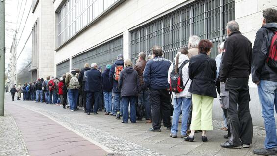 Queue in front of the Bundesbank in Frankfurt for 5 Euro coin on their date of issue, on 14 April 2016th
